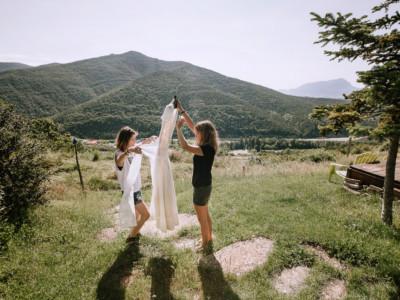 amigas con el vestido de novia