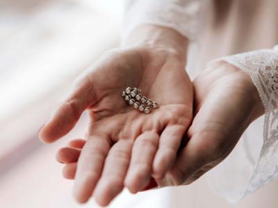 detalle de los pendientes de la novia