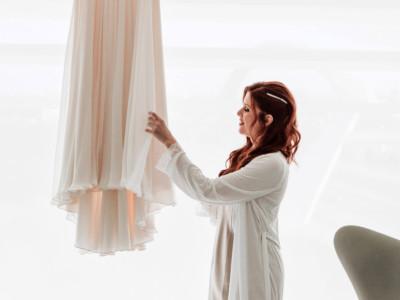 la novia tocando el vestido