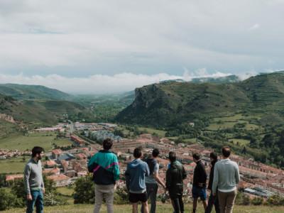 amigos viendo ezcaray en una montaña