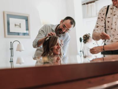 novia riendo con el estilista en su boda