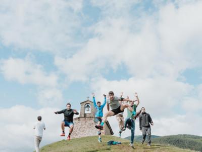 amigos saltando en la ermita de ezcaray