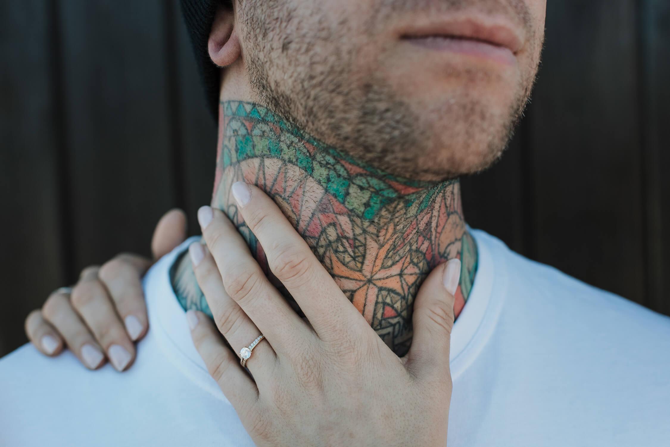 detalle tatuajes novio