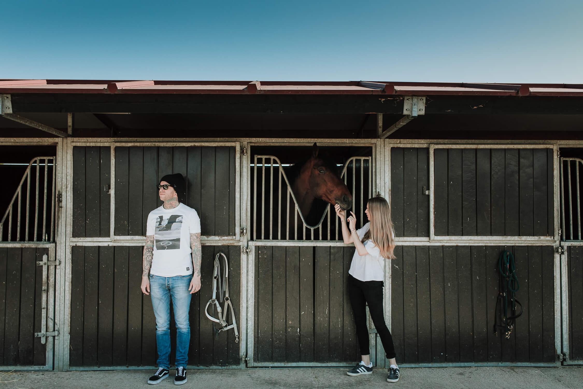 retrato a los novios en su preboda con un caballo