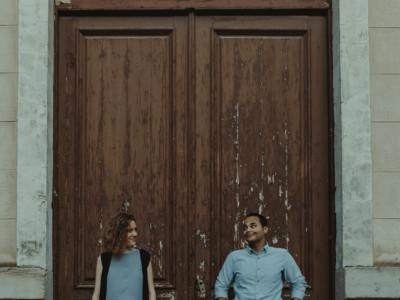 retrato a los novios mirándose en su preboda en Logroño (La Rioja)