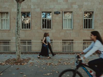 Pareja de novios y una bicicleta pasando delante de ellos
