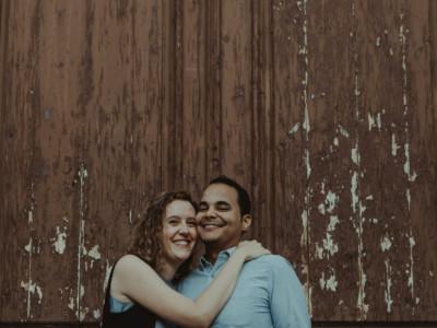 retrato a los novios sonriendo en su preboda en Logroño (La Rioja)