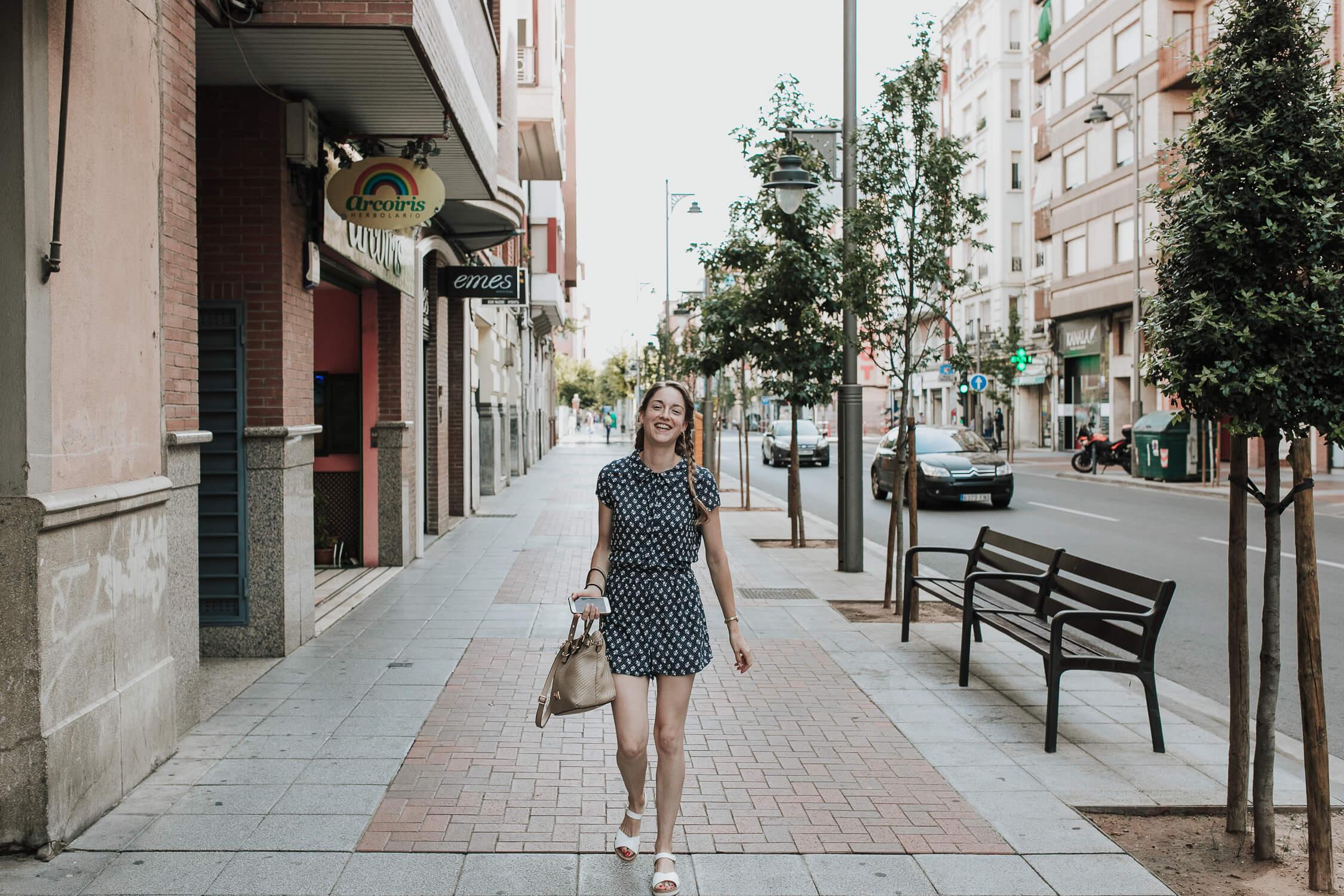 novia caminando por la calle BODA EZCARAY HOTEL ECHAURREN