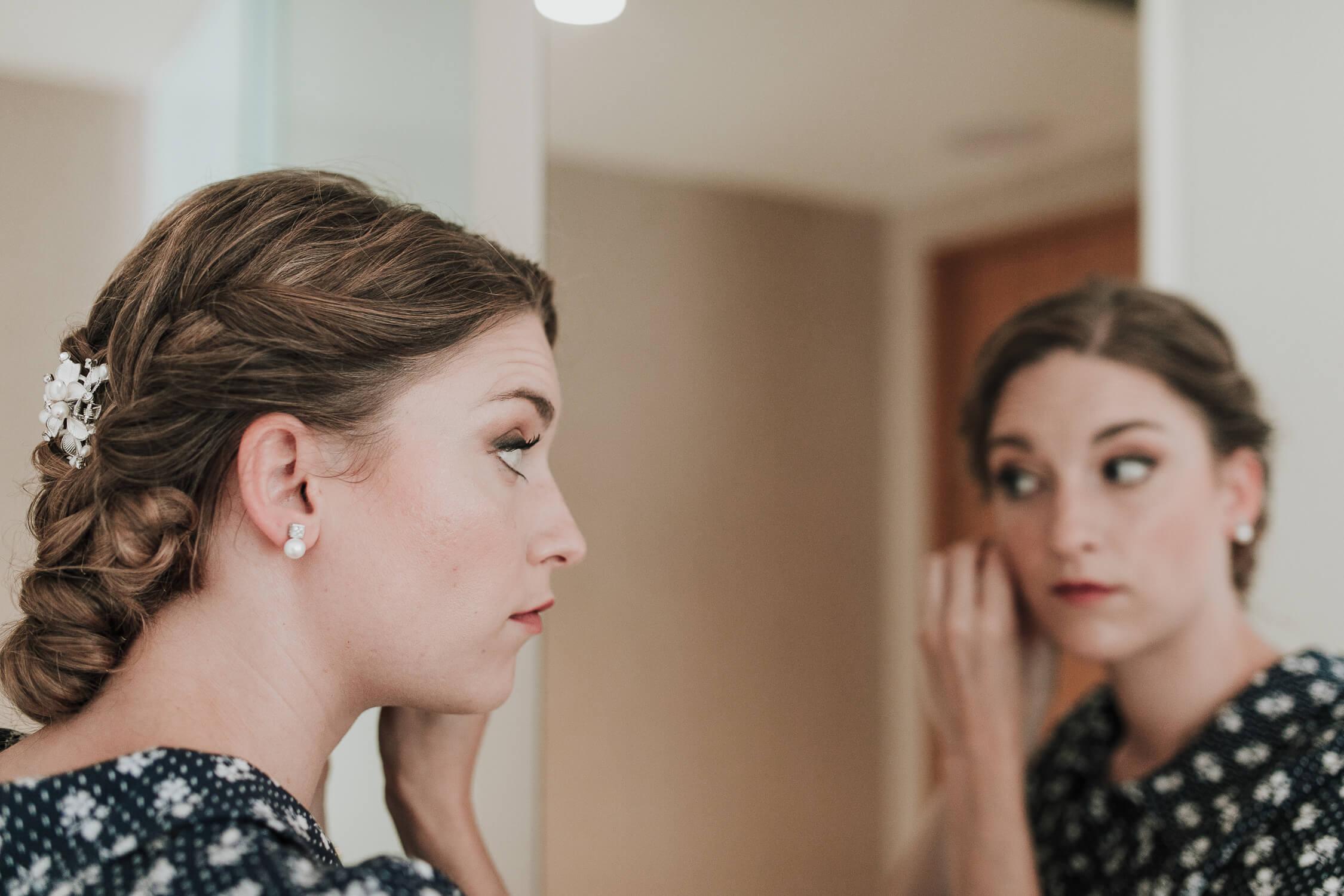 novia mirándose al espejo