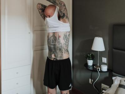 novio quitándose la camiseta