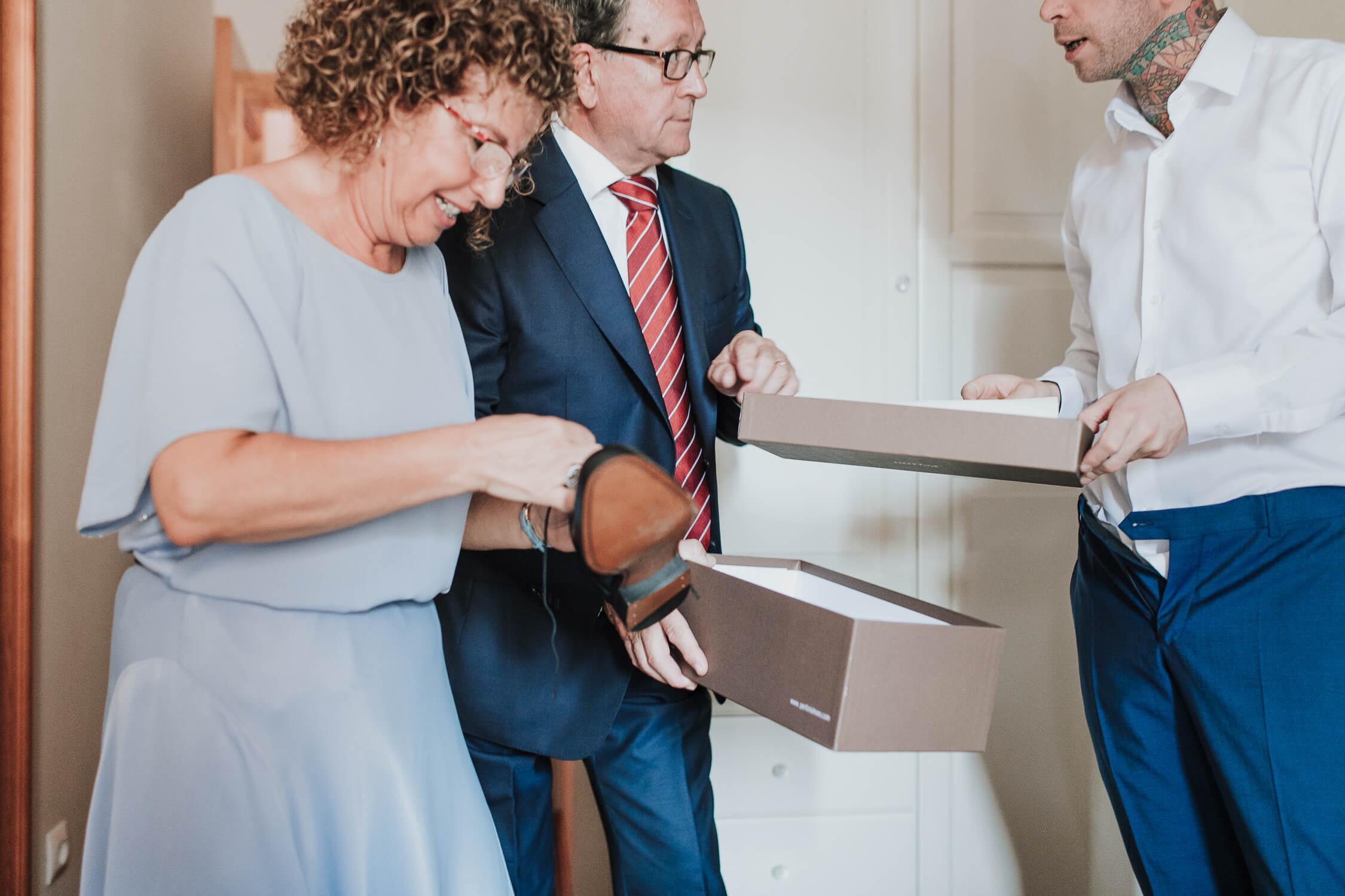 padres del novio entregándole los zapatos BODA EZCARAY HOTEL ECHAURREN