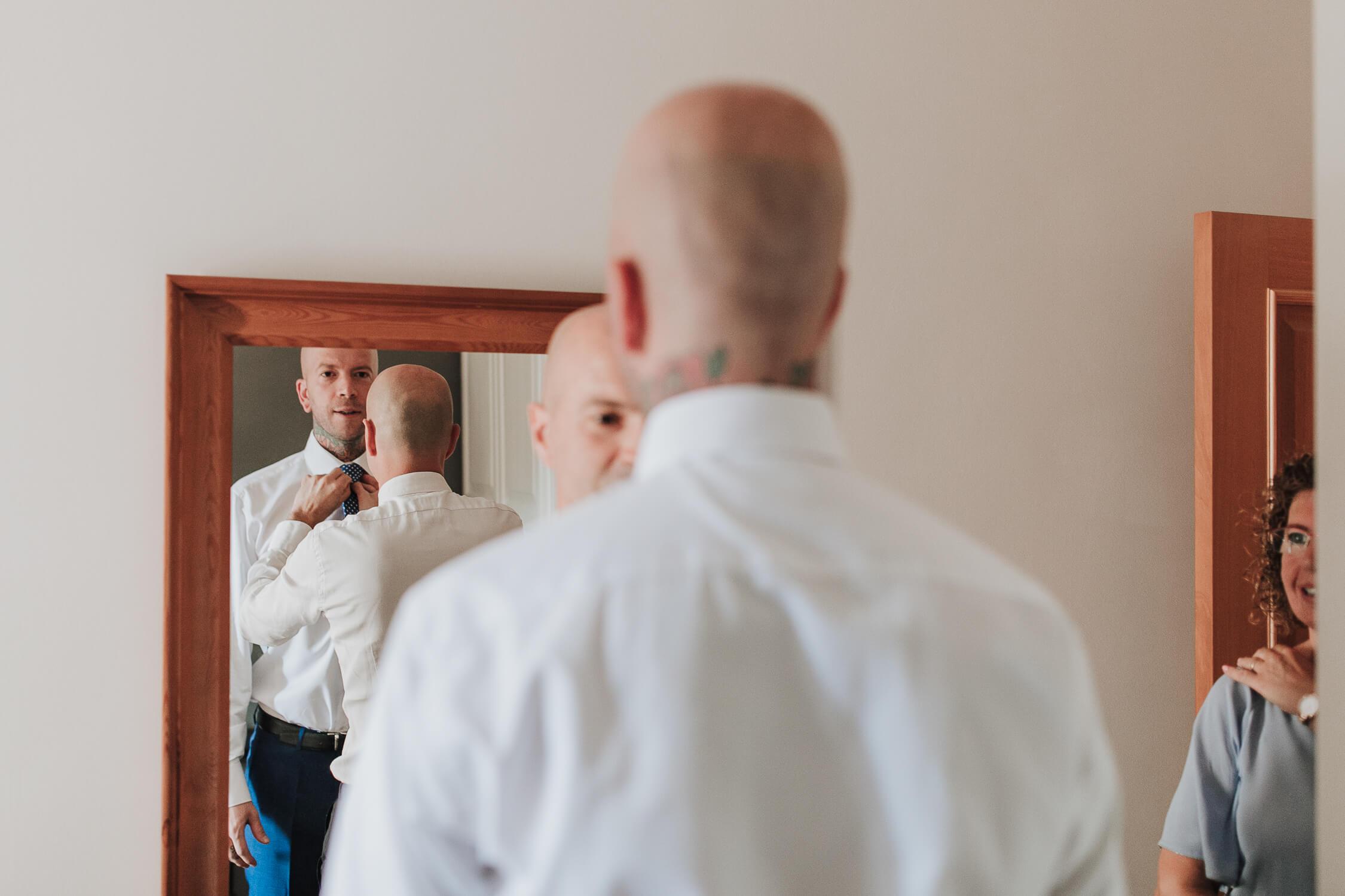 novio frente al espejo BODA EZCARAY HOTEL ECHAURREN
