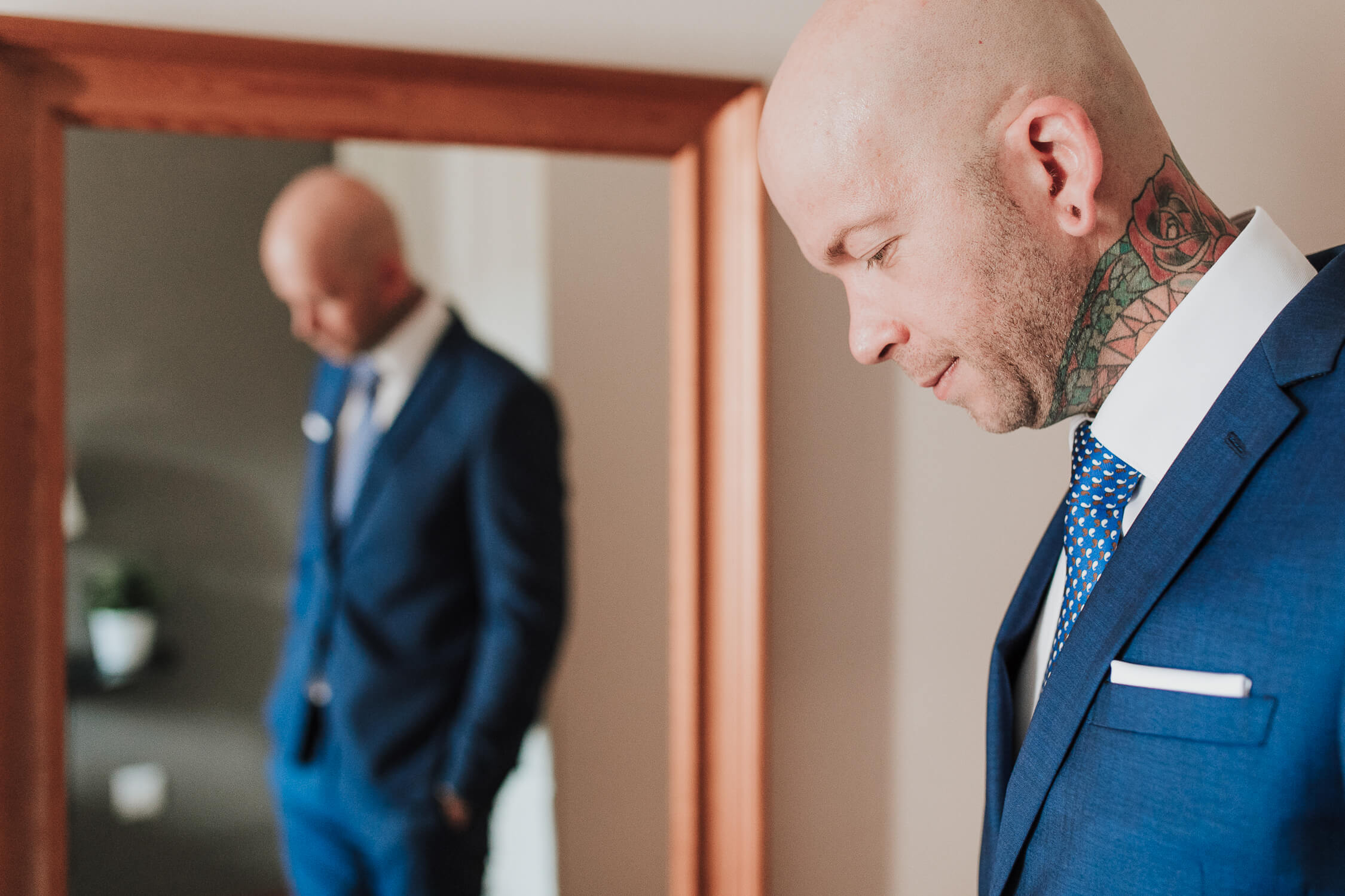 novio delante del espejo BODA EZCARAY HOTEL ECHAURREN